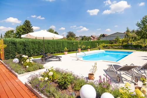 gartenanlage gro er pool mit gegenstromanlage terrasse grill g stehaus lehne im weserbergland. Black Bedroom Furniture Sets. Home Design Ideas
